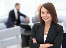 Portrait des femmes sûres d'affaires sur le bureau brouillé de fond Image libre de droits