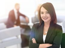 Portrait des femmes sûres d'affaires sur le bureau brouillé de fond Photo stock