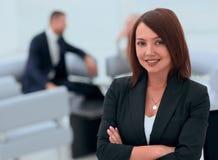 Portrait des femmes sûres d'affaires sur le bureau brouillé de fond Images libres de droits