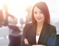 Portrait des femmes sûres d'affaires sur le fond brouillé offic Image stock