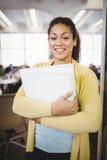 Portrait des fichiers de recopie heureux de femme d'affaires Image libre de droits