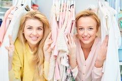 Portrait des filles de sourire dans le magasin avec des vêtements photos libres de droits