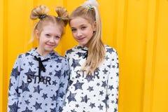 Portrait des filles sur le fond jaune Photo stock