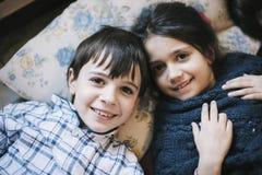 Portrait des frères dans des pyjamas à la maison Images stock
