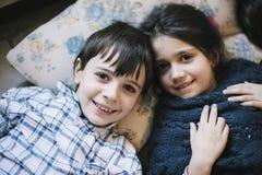 Portrait des frères dans des pyjamas à la maison Photos libres de droits