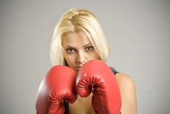 Portrait des Frauenboxers mit roten Handschuhen Stockfotografie