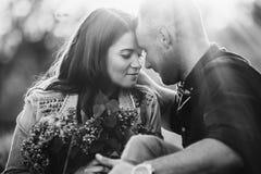 Portrait des fronts émouvants d'un couple affectueux au coucher du soleil Rebecca 36 Photographie stock libre de droits