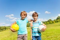 Portrait des garçons avec des boules Photographie stock libre de droits