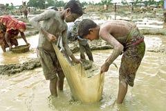Portrait des garçons bangladais travaillant dans le puits de gravier images stock