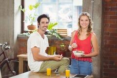 Portrait des gens d'affaires de sourire dans l'ofice lumineux photos stock