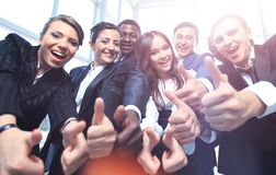 Portrait des gens d'affaires enthousiastes se dirigeant à vous Images libres de droits