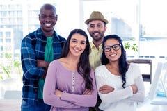 Portrait des gens d'affaires ethniques multi avec des bras croisés images libres de droits