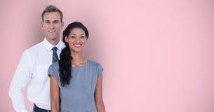 Portrait des gens d'affaires occasionnels de sourire au-dessus du fond rose Photographie stock libre de droits