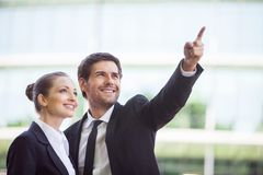 Portrait des gens d'affaires se tenant dehors Photos libres de droits