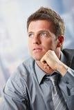 Portrait des Geschäftsmannes schauend oben denkend Lizenzfreies Stockfoto
