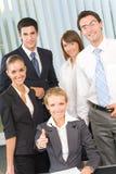 Portrait des Geschäftsteams im Büro Lizenzfreie Stockbilder