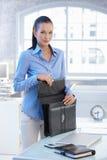 Portrait des Geschäftsfrauöffnungsaktenkoffers Stockbild