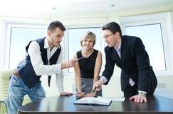 Portrait des Geschäftsteams in der Diskussion. Lizenzfreies Stockbild