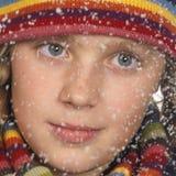 Portrait des Gesichtes eines Mädchens beim Schneien Lizenzfreie Stockfotos