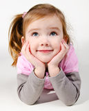 Portrait des glücklichen lächelnden kleinen Mädchens Lizenzfreies Stockbild