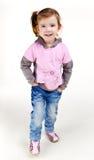 Portrait des glücklichen lächelnden kleinen Mädchens in den Jeans Stockfoto
