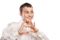 Portrait des glücklichen Mannes Inneres von seinen Händen bildend lizenzfreies stockbild
