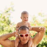Portrait des glücklichen Vaters und seiner entzückenden kleinen Tochter stockfotografie