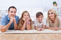 Portrait des glücklichen Legens auf Teppich Lizenzfreie Stockfotos