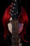 Portrait des gotischen Mädchens mit Gitarre Lizenzfreie Stockfotos