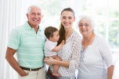 Portrait des grands-parents et de la mère de sourire avec le bébé Photo stock