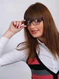 Portrait des hübschen Brunettemädchens in den Gläser speacs lizenzfreies stockfoto