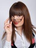 Portrait des hübschen Brunettemädchens in den Gläsern lizenzfreies stockbild