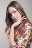 Portrait des hübschen Mädchens im bunten Kimono Lizenzfreie Stockfotos