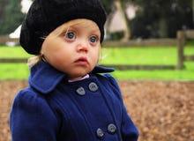 Portrait des hübschen Mädchens im schwarzen Hut in einem Park Stockfoto