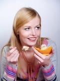 Portrait des hübschen Mädchens Kuchen essend Stockfotografie