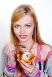 Portrait des hübschen Mädchens Kuchen essend Lizenzfreie Stockbilder