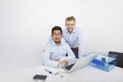 Portrait des hommes d'affaires avec l'ordinateur portable au bureau dans le bureau Images libres de droits