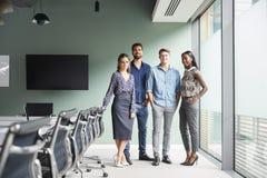 Portrait des hommes d'affaires en passant habillés et des femmes d'affaires ayant la réunion informelle dans la salle de réunion  image libre de droits