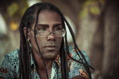Portrait des hommes de couleur avec des dreadlocks, des verres et une chemise de fantaisie photographie stock