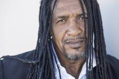 Portrait des hommes de couleur forts adultes avec de longs dreadlocks et yeux bleus image libre de droits