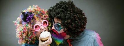 Portrait des hommes et de la femme de partie en perruque et verres Carneval images stock
