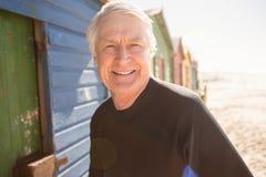 Portrait des huttes se tenantes prêt de plage d'homme supérieur Photographie stock