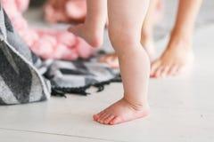 Portrait des jambes de mère et de bébé Premières opérations jouer à la maison Plan rapproché des jambes femelles et petites de bé Images stock