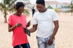 Portrait des jeunes à la plage photographie stock libre de droits
