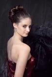 Portrait des jeunes femmes dans le corset rouge Photo stock