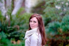 Portrait des jeunes femmes dans le jardin Image stock
