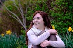 Portrait des jeunes femmes dans le jardin Images stock