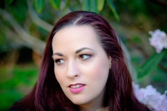 Portrait des jeunes femmes dans le jardin Photo stock