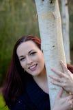 Portrait des jeunes femmes tenant l'arbre Images libres de droits