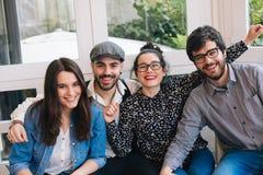 Portrait des jeunes heureux dans une barre Photographie stock